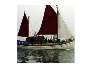 Barco velero y motor
