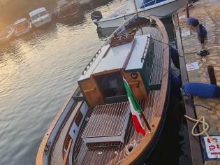 Gozzo vetroresina cabinato con vela aurica