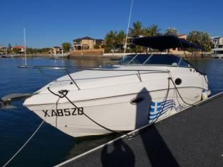 Bertram express cruiser in Port Vieux de Marseille | Cabin