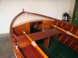 Dinghy de tingladillo de madera con fueraborda