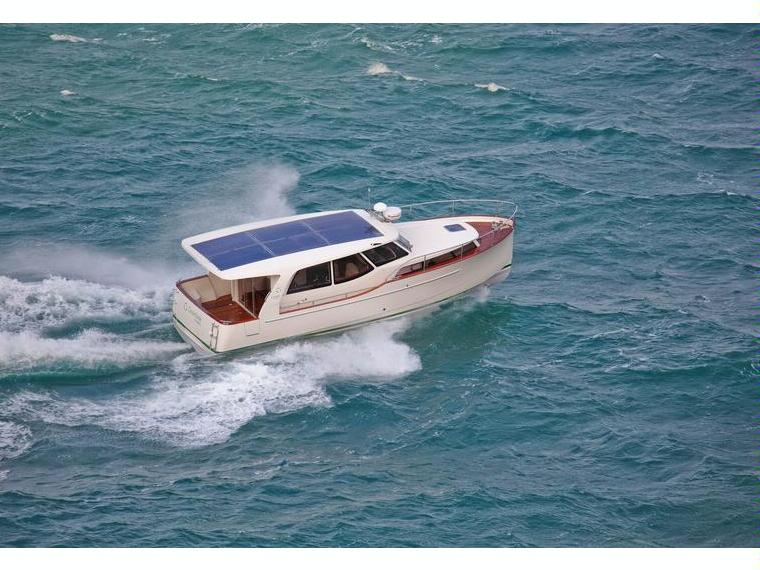 Boat greenline 33 hybrid inautia for Green boat and motor